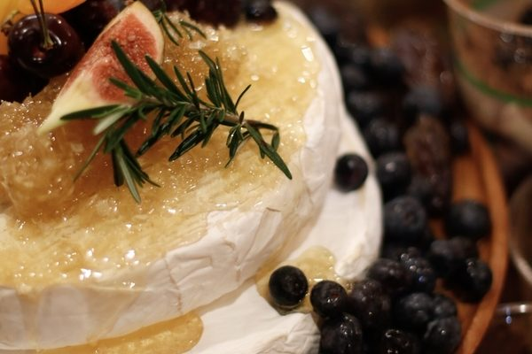 Gourmet brie with figs and blueberries
